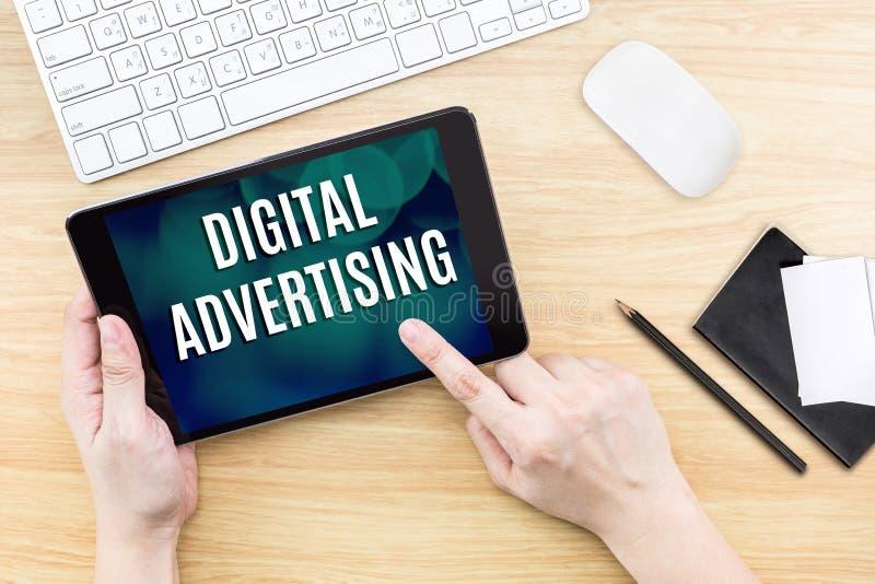 Экран щелчка пальца с словом рекламы цифров с клавиатурой стоковые изображения rf