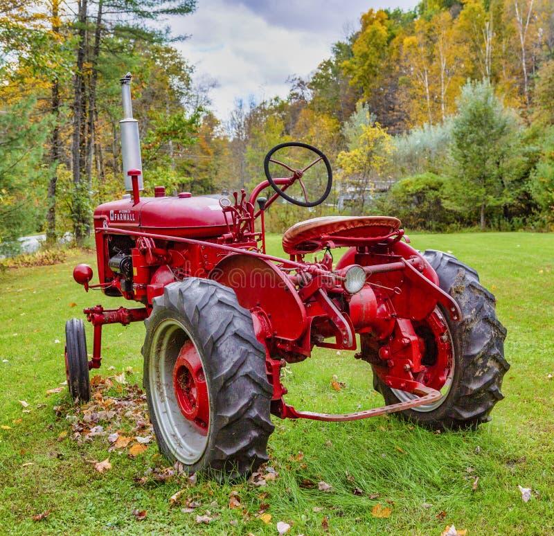 Эксетер, Нью-Гэмпшир - 13-ое октября 2018 - старый красный трактор сидит во дворе стоковые фотографии rf