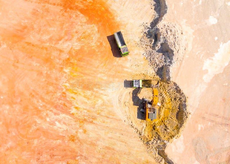 Экскаватор нагружая тележку стоковое фото rf