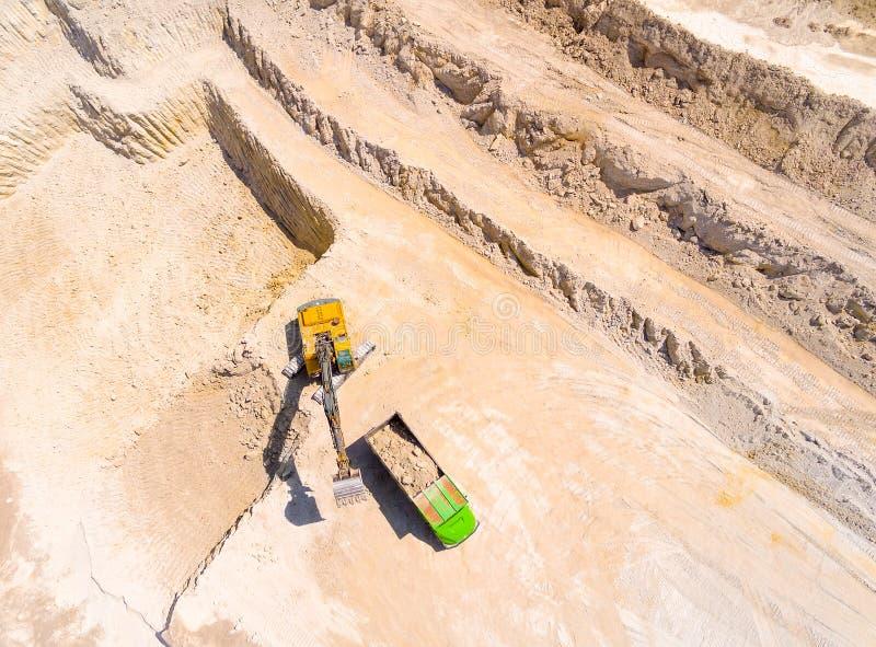 Экскаватор нагружая тележку стоковые фотографии rf