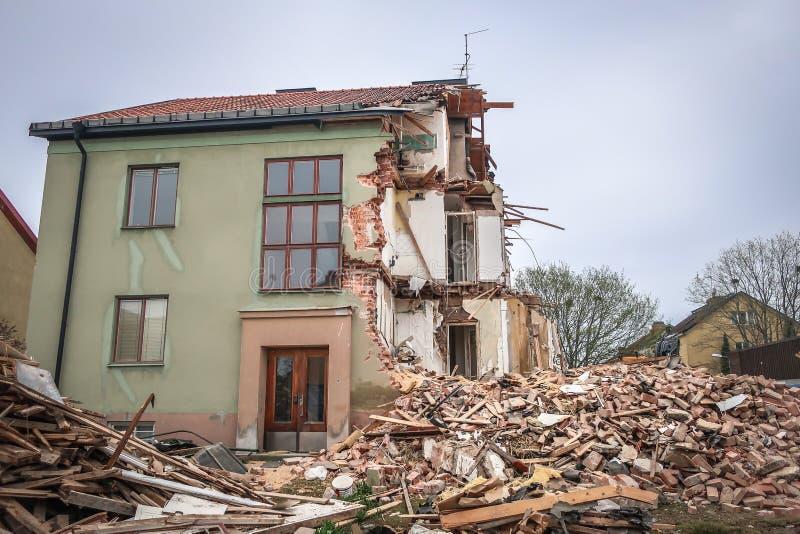 Экскаватор сокрушал половину старого жилого дома стоковые изображения rf