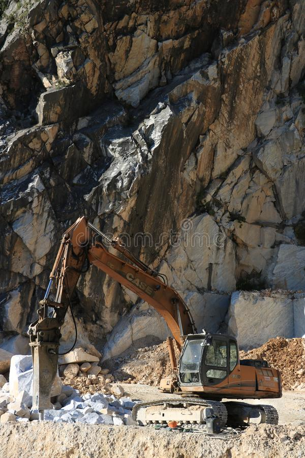Экскаватор с молотком подрыванием в карьере мрамора Каррары L стоковое изображение