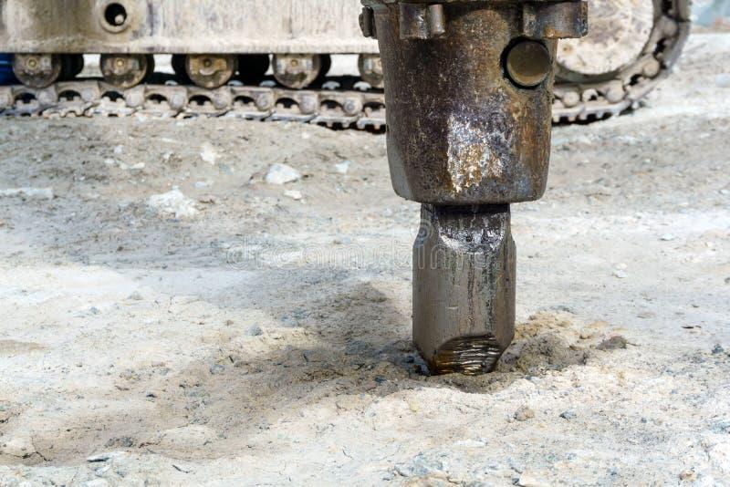 Экскаватор-установленный гидравлический крупный план jackhammer стоковые изображения