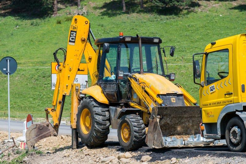 Экскаватор Jcb около места строительства дорог на летнем времени стоковое фото rf