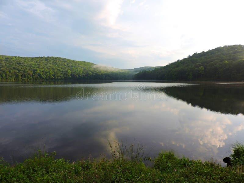 Экспансивный вид на озеро стоковые изображения rf