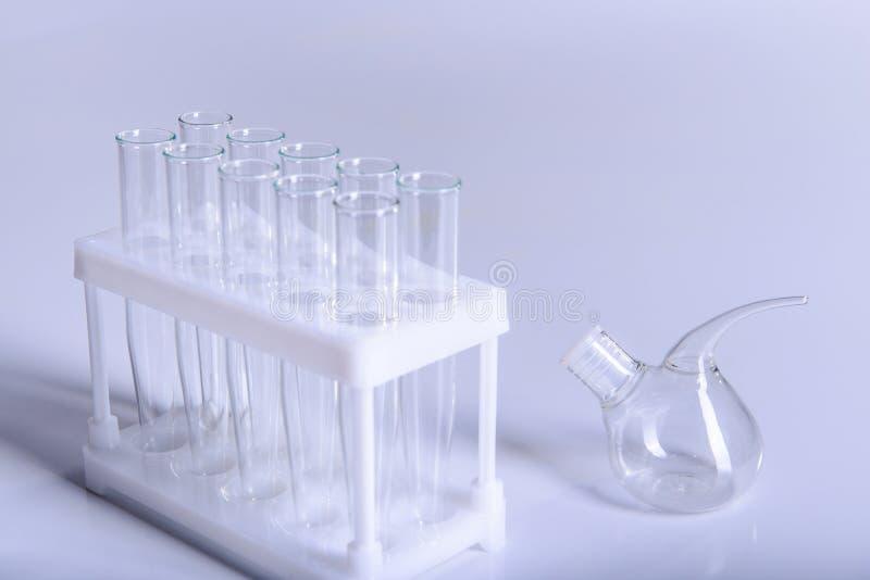 Эксперимент по лабораторных исследований науки и химии оборудования стоковое изображение rf