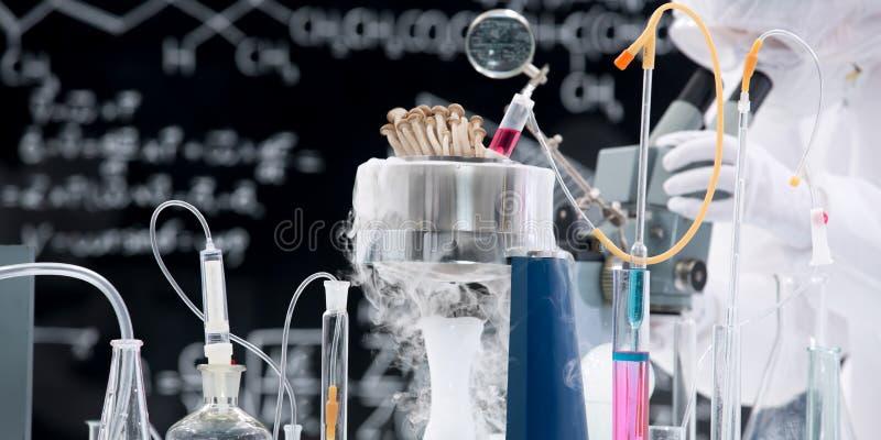 Эксперимент по химической лаборатории стоковое изображение