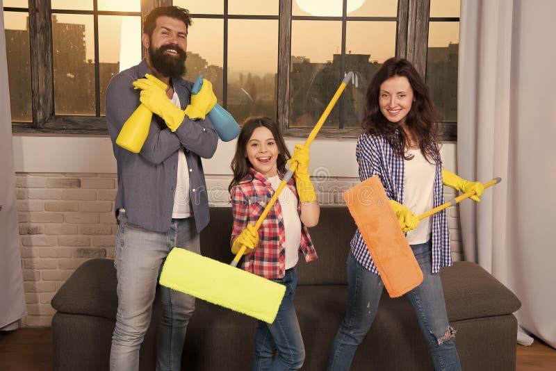 Экспертная уборка дома вы можете доверить дому чистки семьи Счастливые чистящие средства владением семьи Мать, отец стоковое изображение