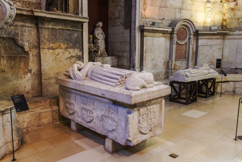 Экспонаты саркофагов камня монастыря Лиссабона, Португалии Carmo Chruch стоковое фото