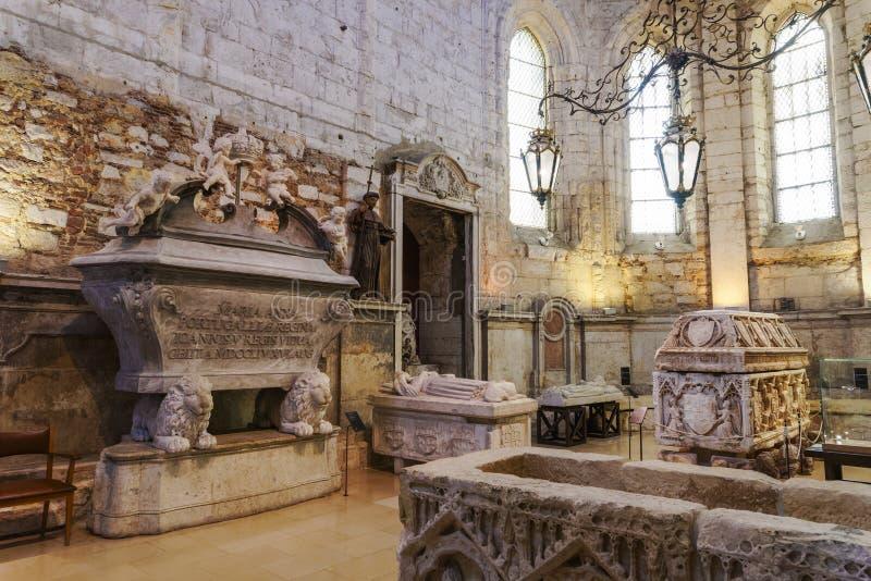 Экспонаты саркофагов камня монастыря Лиссабона, Португалии Carmo Chruch стоковые фото