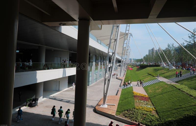 Экспо 2010 мира Шанхая - здание и зеленая пояча стоковые изображения rf