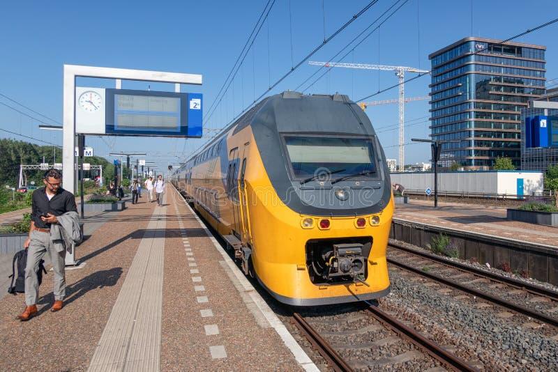 Экспресс ждать на железнодорожном вокзале Амстердаме Zuid, Нидерланд стоковые фотографии rf