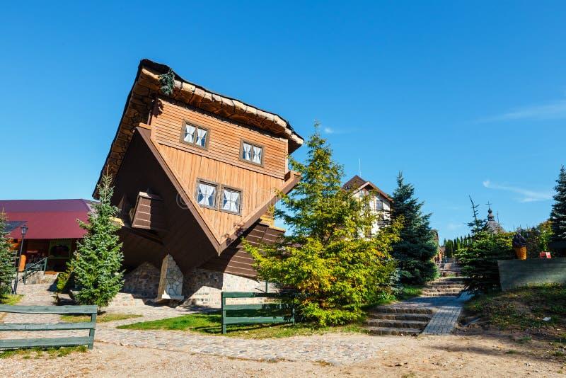 Экстерьер деревянного перевернутого дома в деревне Szymbark стоковые изображения rf