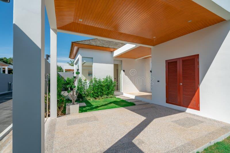 Экстерьер дома дома гаража недвижимости паркуя внутренний стоковые изображения