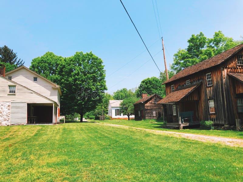 Экстерьер домов в деревне Millbrook стоковое фото rf