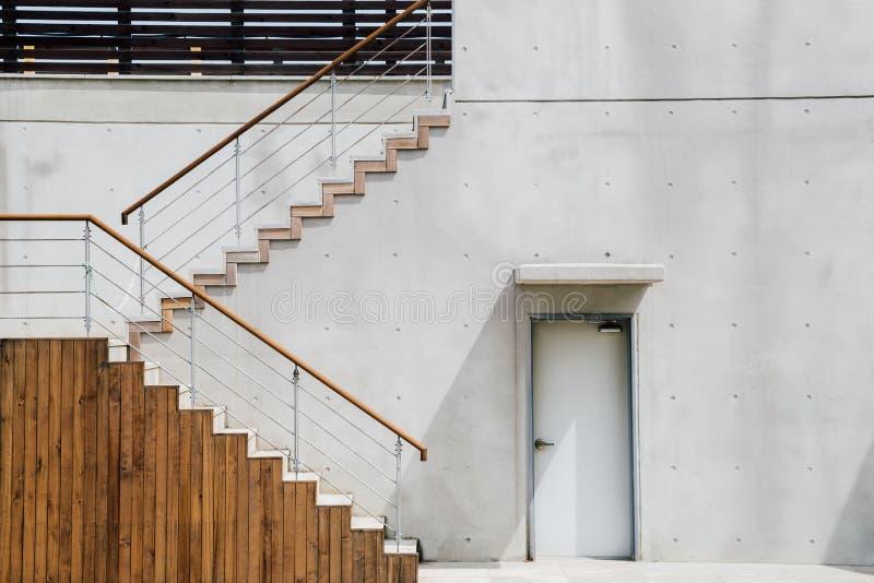 Экстерьер здания серого цвета современный стоковое изображение rf