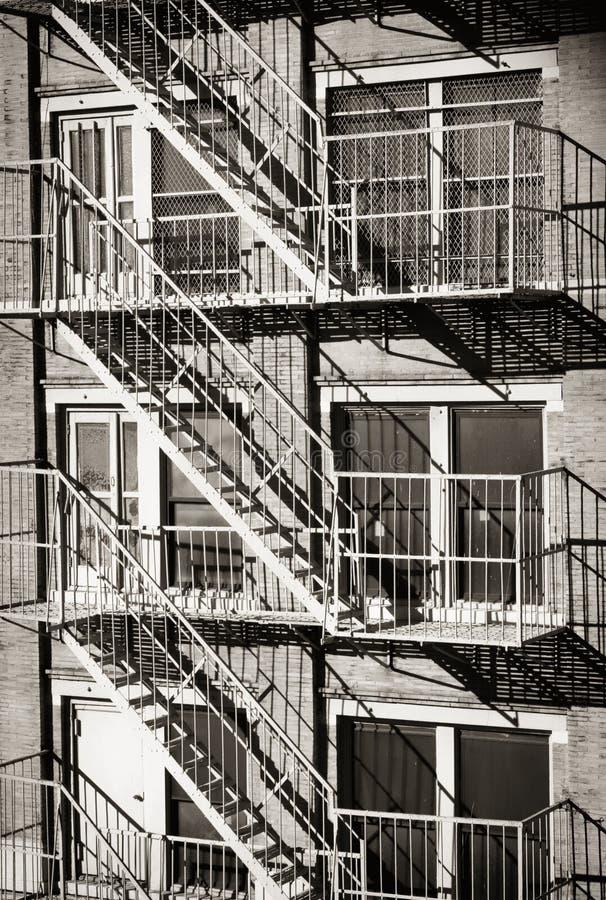 Экстерьер здания с старой пожарной лестницей в Нью-Йорке стоковая фотография rf