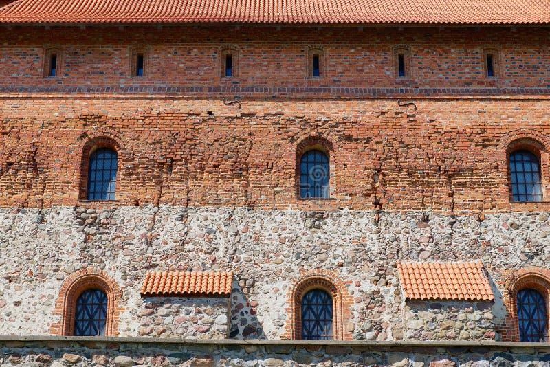 Экстерьер кирпичной стены замка Trakai старой с окна в Trakai, Литве стоковая фотография rf