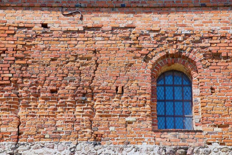Экстерьер кирпичной стены замка Trakai старой с окном в Trakai, Литве стоковое фото rf