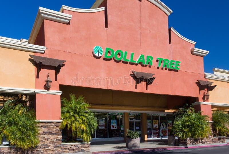 Экстерьер магазина дерева доллара стоковая фотография rf