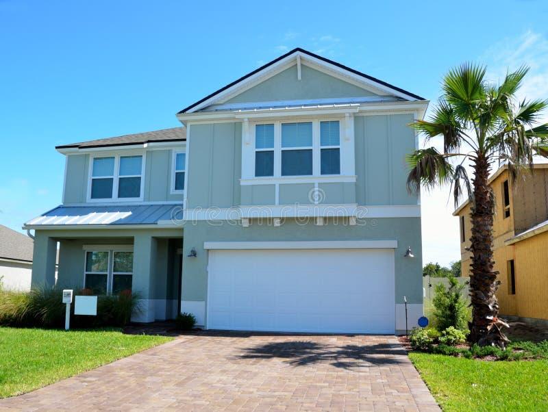 Экстерьер нового дома в прибрежной Флориде стоковая фотография