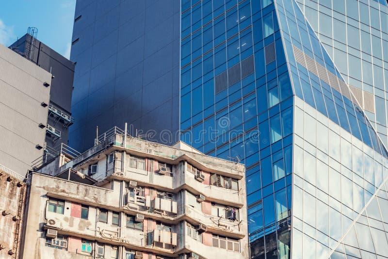 Экстерьер нового офисного здания и старого жилого дома в Гонконге стоковое изображение