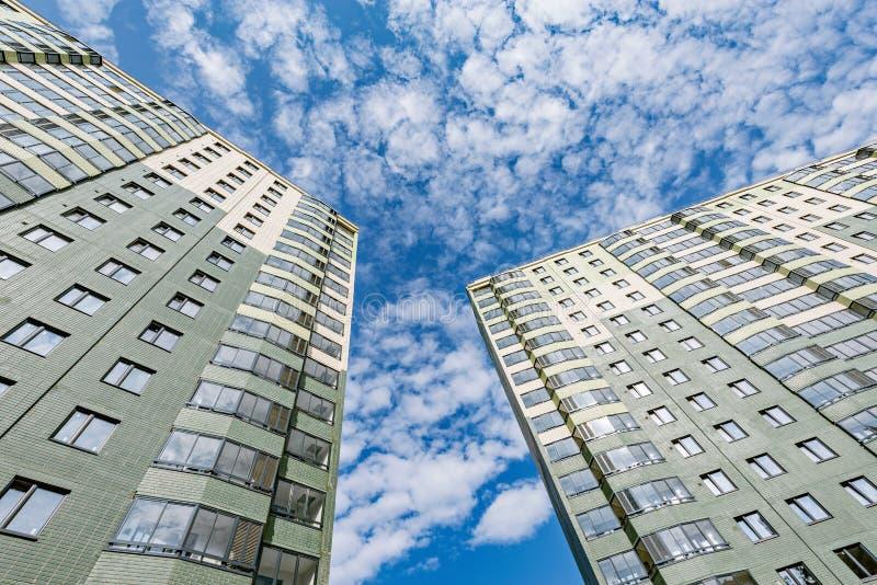 Экстерьер новых жилых домов стоковые фото