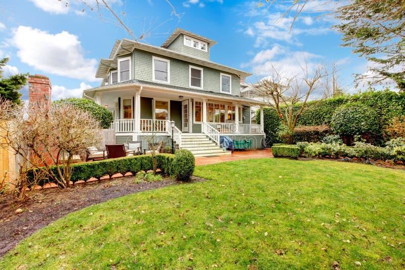 Экстерьер дома большого роскошного зеленого мастера классический американский. стоковое изображение