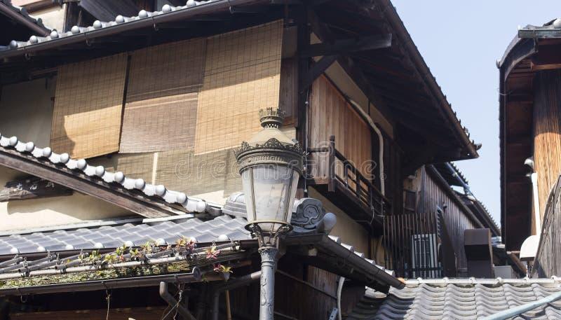 Экстерьер старого деревянного дома в Киото стоковое изображение