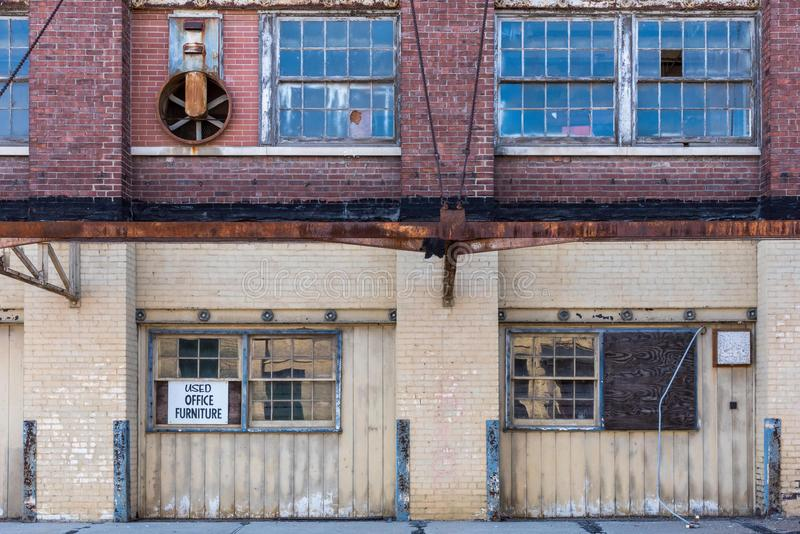 Экстерьер старого покинутого склада кирпича в центре города стоковое изображение rf