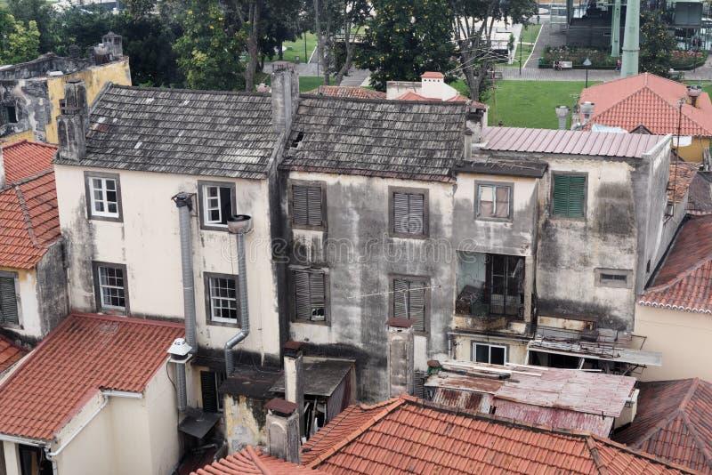 Экстерьер старого получившегося отказ здания посреди жилого района Остров Мадейры стоковое фото rf