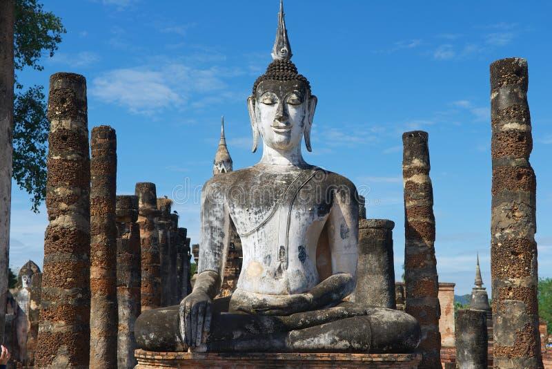 Экстерьер статуи Будды на Wat Mahathat в парке Sukhothai историческом, Sukhothai, Таиланде стоковое изображение