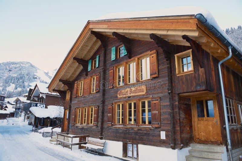 Экстерьер традиционного деревянного шале Фонтаны в Murren, Швейцарии стоковые изображения rf