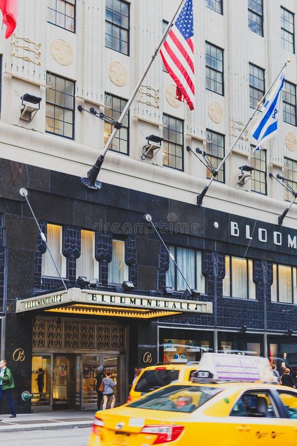 Экстерьер универмага ` s Bloomingdale в Манхаттане, дальше стоковые изображения rf