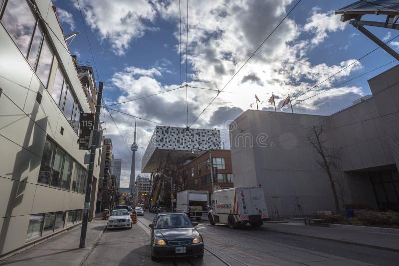 Экстерьер художественной галереи Онтарио, ТОМУ НАЗАД, музей изобразительных искусств Торонто, с канадцем башни CN национальным на стоковое фото