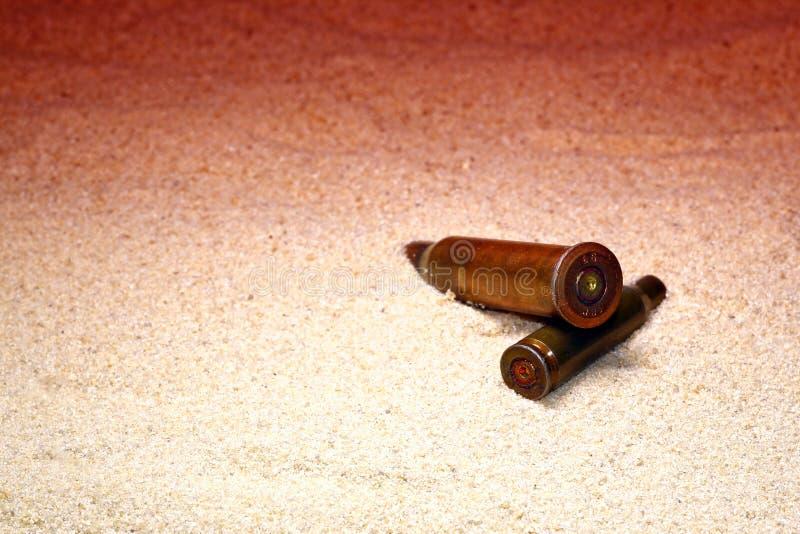 Экстремально близкое к песку оружие, концепция конфликта, человеческие жертвы мирного населения стоковое фото