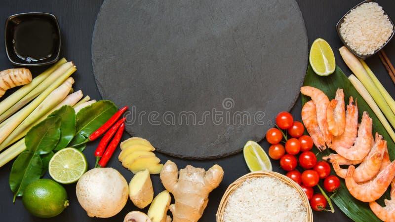 Экстренныйый выпуск установил для подлинной тайской пряной известки kung супа Том-yum, galangal, красного chili, томата вишни, ли стоковые изображения rf