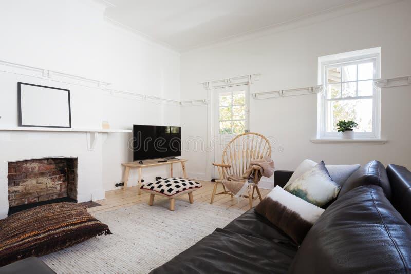 Эклектичная введенная в моду современная живущая комната в более старое просторное отделенном стоковые фотографии rf