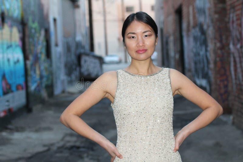 Элегантная азиатская женщина в темном городском пути переулка с космосом экземпляра стоковая фотография rf