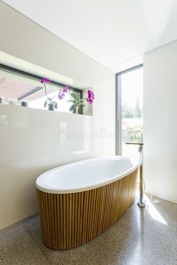 Элегантная ванная комната с деревянной ванной стоковые изображения rf
