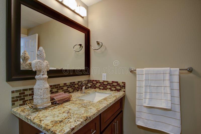 Элегантная ванная комната с тщетой запятнанной mahogany стоковые фотографии rf