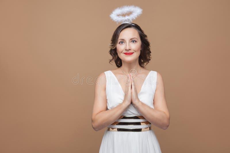 Элегантная женщина брюнет ангела в белых платье и nimbus в верхней части  стоковое изображение rf