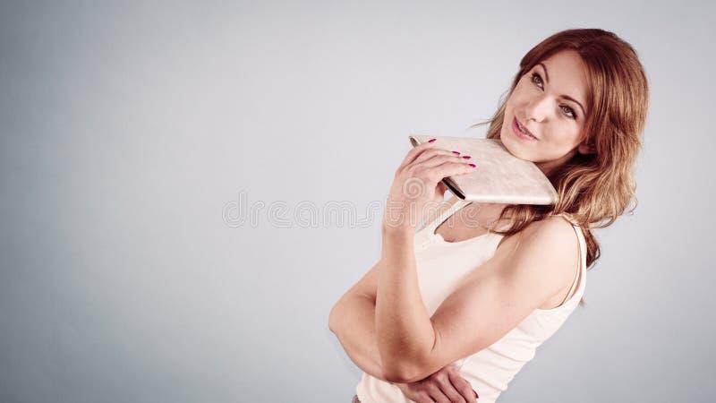Элегантная женщина держа вентилятор руки стоковые изображения rf