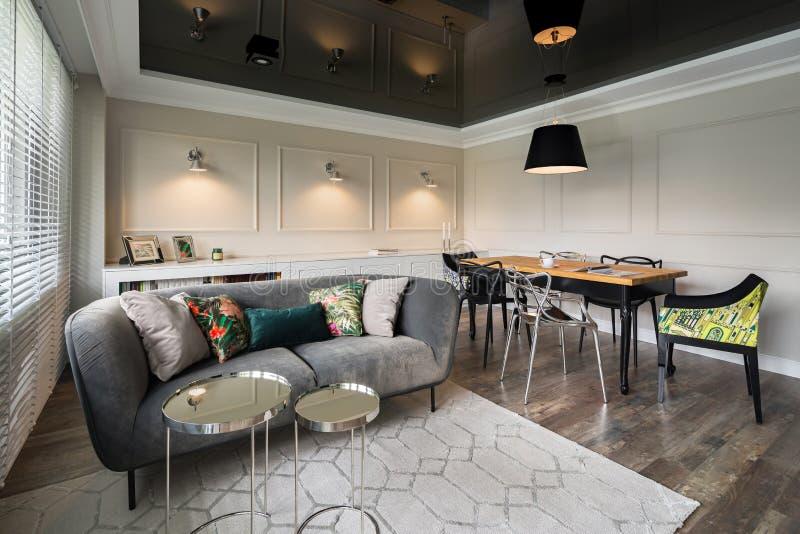Элегантная живущая комната с серой софой стоковая фотография rf