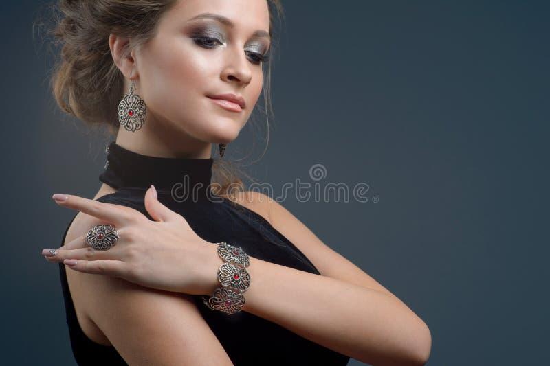 Элегантная модная женщина с ювелирными изделиями, портретом милой девушки стоковая фотография