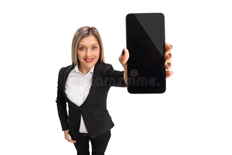 Элегантная молодая женщина показывая телефон стоковые фотографии rf