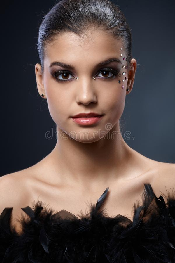 Элегантная привлекательная женщина с черной горжеткой стоковые фото