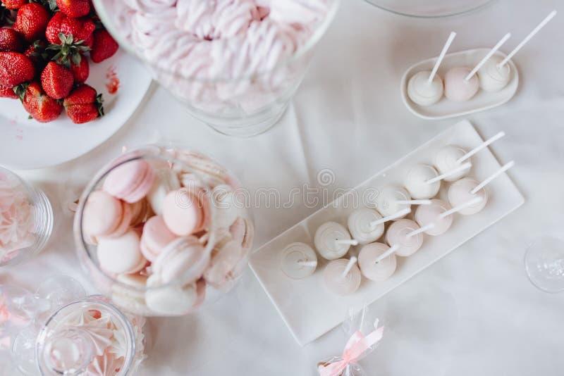 Элегантная сладкая таблица Macaroons и клубники стоковая фотография rf