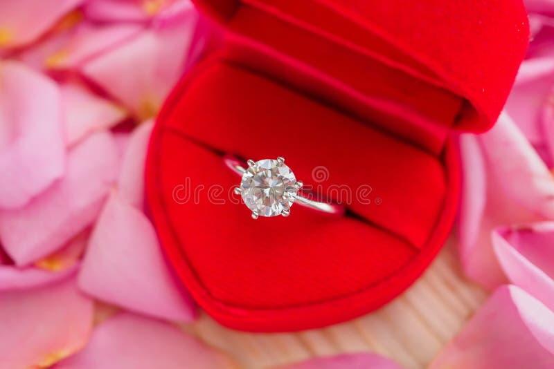 Элегантное кольцо с бриллиантом свадьбы в красной шкатулке для драгоц стоковое фото
