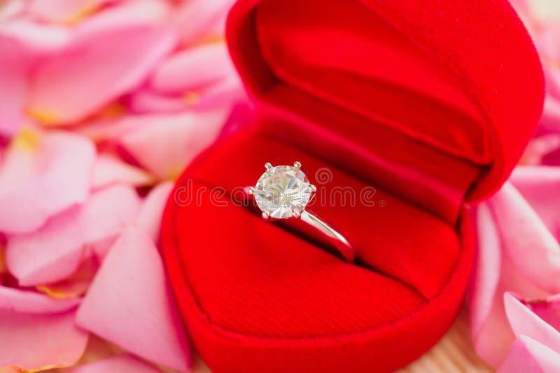 Элегантное кольцо с бриллиантом свадьбы в красной шкатулке для драгоценностей сердца стоковые фото